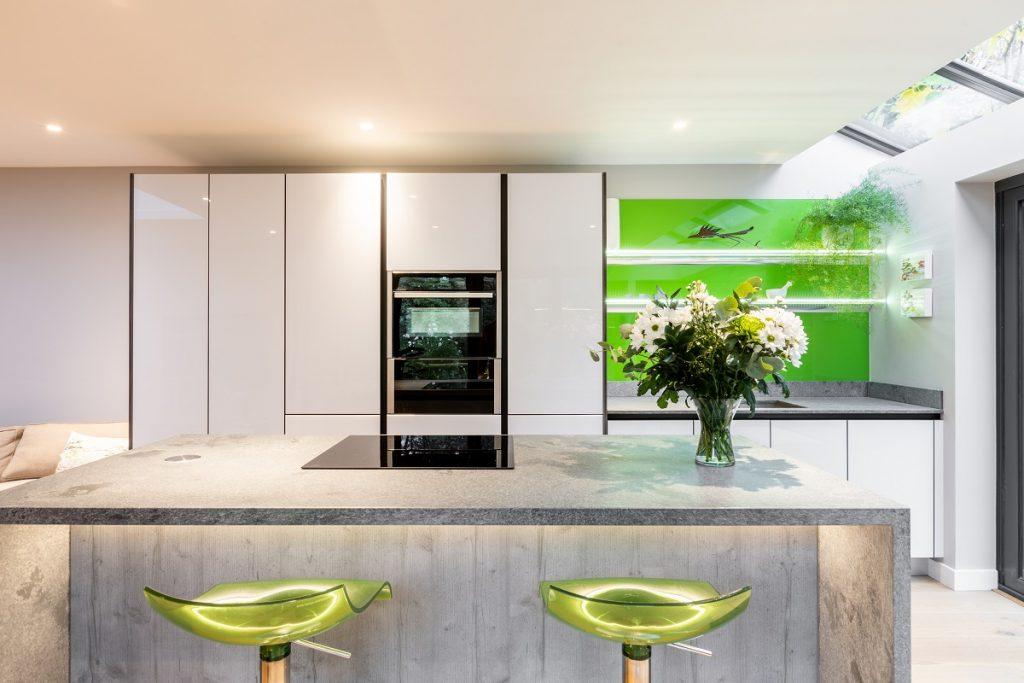 modern white gloss handleless kitchen