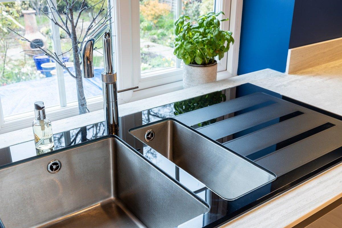 Grey & blue handleless kitchen in high gloss