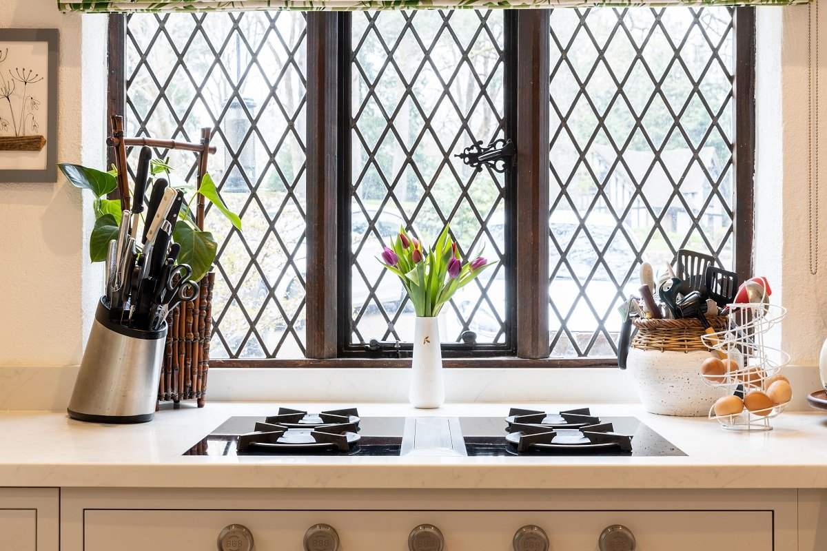 Light grey in frame shaker kitchen with bora hob